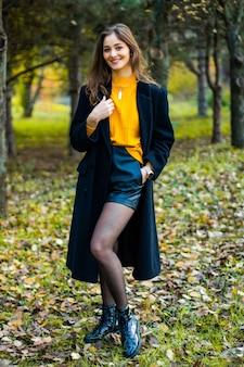 黄色とコートを着た森のミス