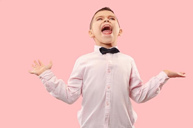 Non perdere. giovane ragazzo casuale che grida. grido. adolescente emotivo gridante che grida sullo spazio rosa. il ritratto maschile a mezzo busto