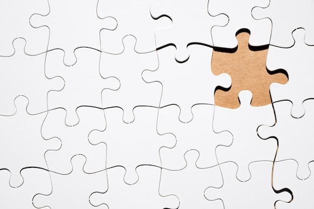 흰색 퍼즐 그리드의 누락 된 직소 퍼즐 조각