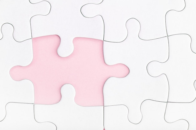 Отсутствующий кусок головоломки на розовом