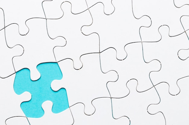 白いパズルの背景にパズルの欠けている部分