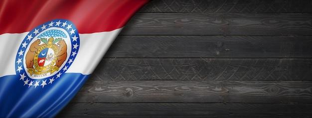 黒い木の壁の旗、米国のミズーリ州旗