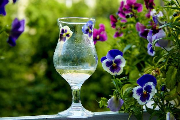 꽃과 녹색 베란다에 안개 낀 유리