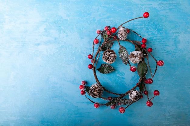 スタジオ写真の青い背景にヤドリギの花輪