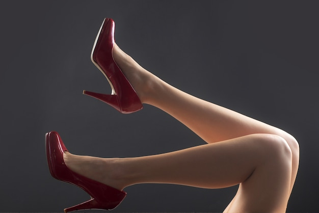 여주인 섹시 한 여자입니다. 페티쉬 발. 매혹적인 소녀 발 다리입니다.