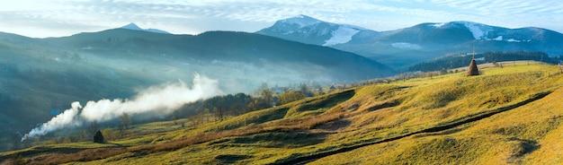 ウクライナのカルパティア山脈の秋の霧の早い夜明け(はるかにジャシンジャ村とスヴィドヴェッツ山脈)。 3ショットステッチ画像。