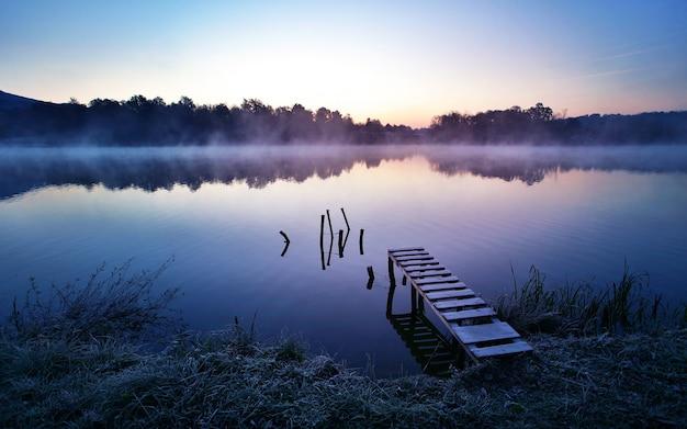 추운 이른가 아침에 안개 낀 호수