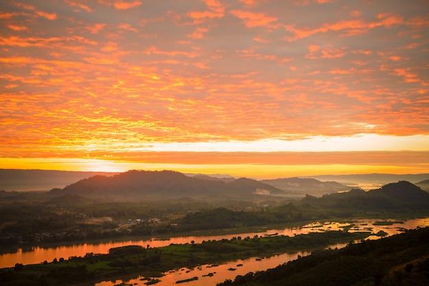 霧の山と日の出の川。