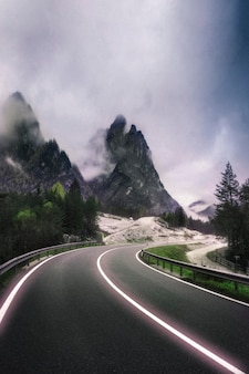 ドロミテの霧深い道路のパス