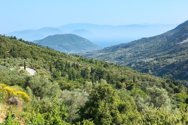 Панорама туманного летнего побережья (греция, лефкас). вид сверху