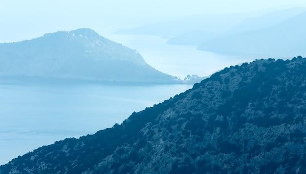 Myrtos 해변 도로에서 안개가 자욱한 전망. 최고 아침보기 그리스, kefalonia.