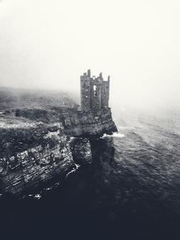 スコットランド、キース城の霧の景色