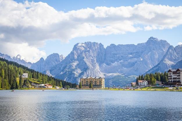 Озеро мизурина в регионе доломиты, на северо-востоке италии, в прекрасный солнечный летний день.