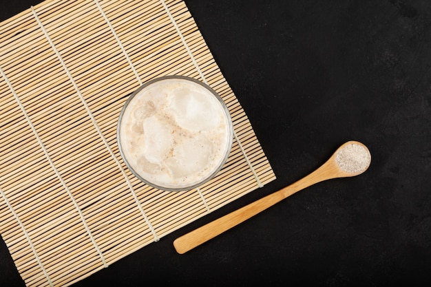 暗い背景にミストガルまたはミスガルラテドリンク上面図人気の韓国の朝食ドリンク