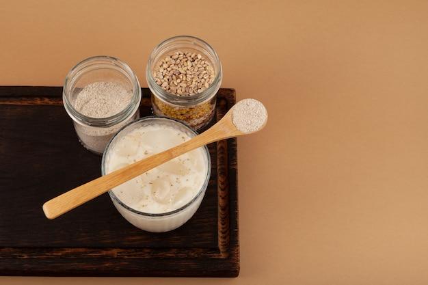 ミストガルまたはミスガルラテを木製のサービングボードで飲むヘルシープロテインスムージー