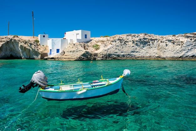 Кристально чистая голубая вода на пляже деревни mitakas, остров milos, греция.