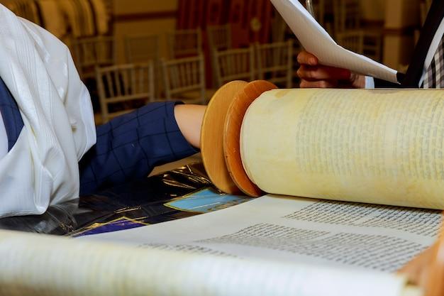 ユダヤ人の男性が儀式の服に身を包んだ家族男性mitzvahエルサレム