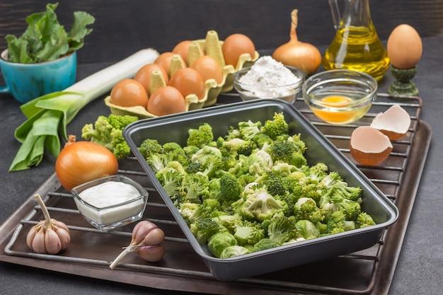 식품 금속 팔레트에 브로콜리와 브뤼셀 콩나물을 섞습니다.