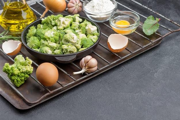 ブロッコリーと芽キャベツを鍋に混ぜる。