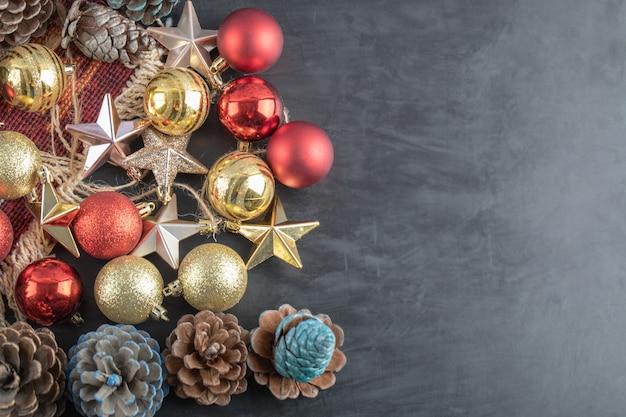 Mix di ornamenti colorati di quercia su uno sfondo scuro