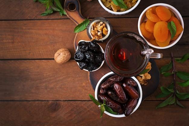 ドライフルーツ(デートヤシの果物、プルーン、ドライアプリコット、レーズン)とナッツ、伝統的なアラビアのお茶を混ぜる。ラマダン(ラマザン)の食べ物。