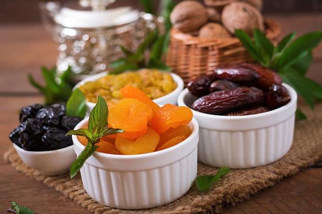 Смешайте сухофрукты (плоды финиковой пальмы, чернослив, курагу, изюм) и орехи. рамадан (рамазан) еда.