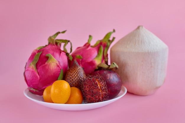 健康的な食事のためにプレート上でエキゾチックなトロピカルフルーツを混ぜる