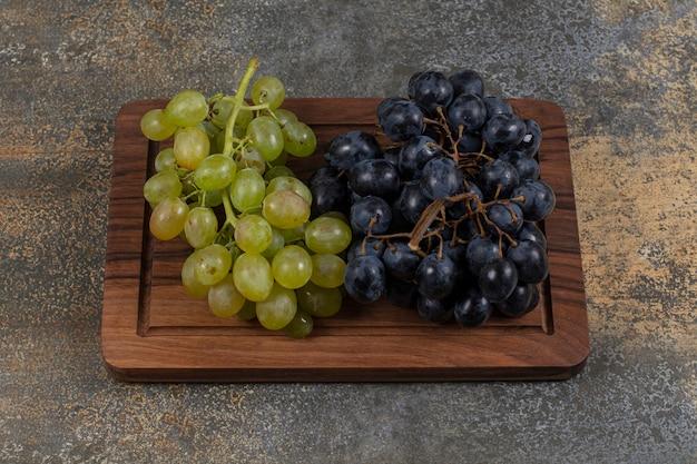 木の板に新鮮なブドウを混ぜます。