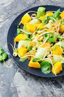 果物と野菜のサラダを混ぜる