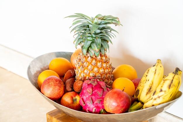 Смешайте фрукты на подносе