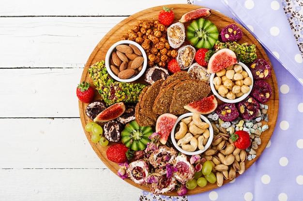 Смешайте фрукты и орехи, здоровое питание