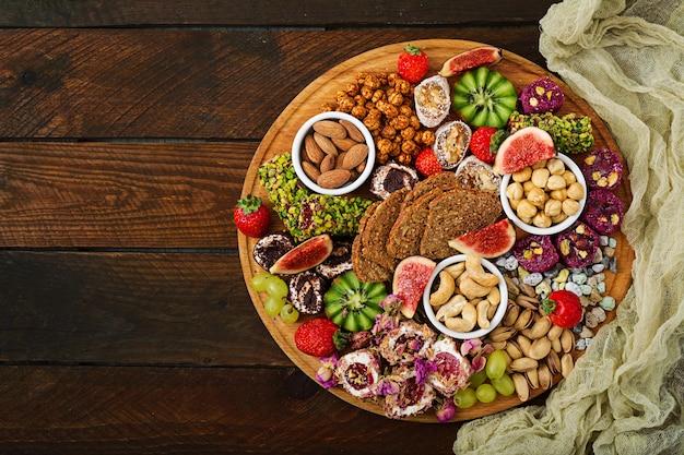 Смешайте фрукты и орехи