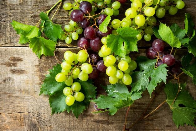 Смешайте виноград на деревенском деревянном столе концепция здорового питания вина концепции копирование пространства