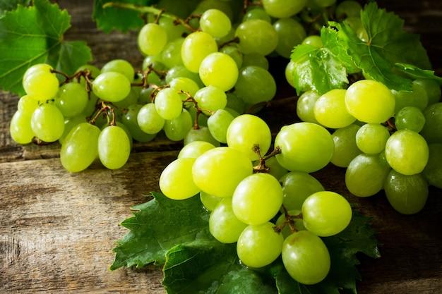 Смешайте виноград на деревенском деревянном столе концепция концепции здорового вина питания