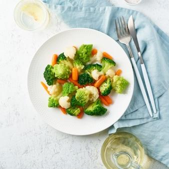Микс вареных овощей. брокколи, морковь, цветная капуста. тушеные овощи для диеты