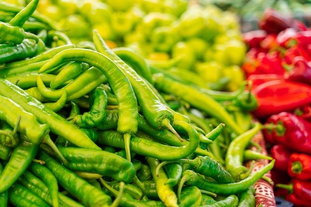 야채 시장에서 칠리 페퍼, 피망, 카피 색상 구색을 혼합합니다.