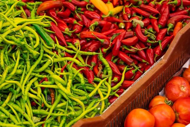 야채 시장에서 칠리 페퍼, 피망, 카피 색상 구색을 혼합합니다. 프리미엄 사진