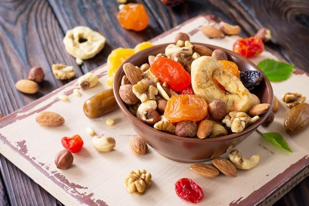 Смесь сухофруктов и орехов в миске