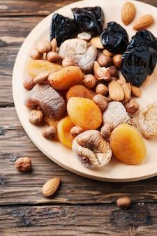 ドライフルーツとナッツの木製のテーブルのミックス