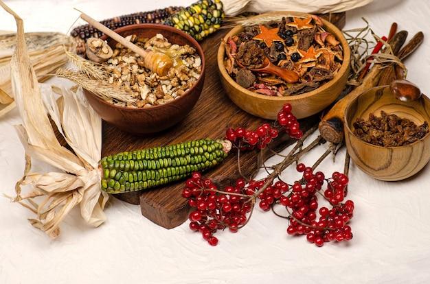 말린 과일, 딸기 및 견과류 믹스. 나무 그릇에 말린 과일입니다. 견과류와 말린 과일 구색 나무 배경.