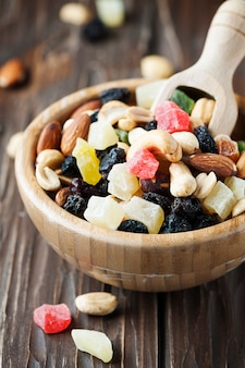 Микс из сушеных орехов и фруктов на деревянном столе
