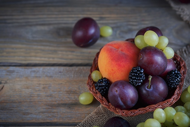 Микс из свежих ягод и фруктов на деревенском дереве