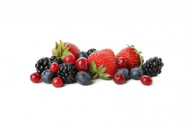 白で隔離される新鮮な果実のミックス