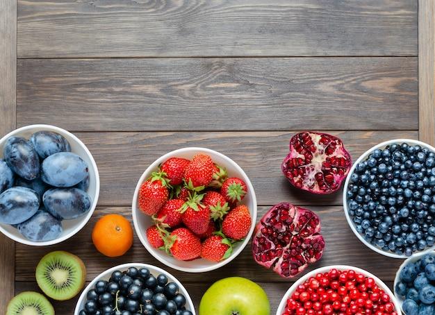 新鮮なベリーナッツと果物の健康食品のミックスが含まれています