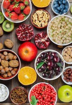 신선한 딸기, 견과류 및 과일 나무 배경에 혼합