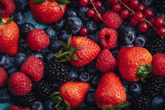 健康的な食事のための新鮮な生のベリーフルーツのミックス