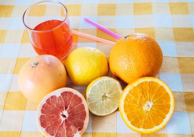 건강 음료를 위한 과일 주스 믹스 신선도와 비타민 감귤류 오렌지와 자몽