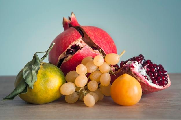 Смесь фруктов на столе.
