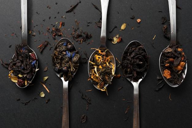 健康的な自由に流れる花の飲み物緑茶紅茶フルーツとハーブティーのミックス食品コンセプト