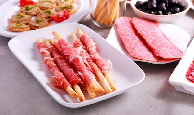 肉製品と前菜のミックスをテーブルでお召し上がりいただけます